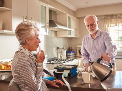 COPD-Patientin erhält nicht-invasive Beatmung